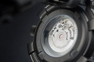 Detalle reloj automatico negro DLC fondo con cristal zafiro