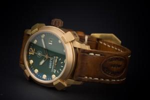 reloj de bronce verde